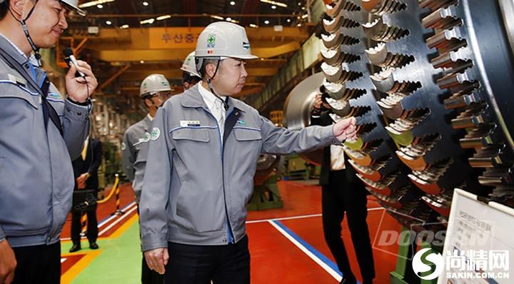 ▲斗山集团会长朴廷原访问斗山重工业涡轮工厂巡查将设置于新韩蔚核电站2号机的低压涡轮转子。